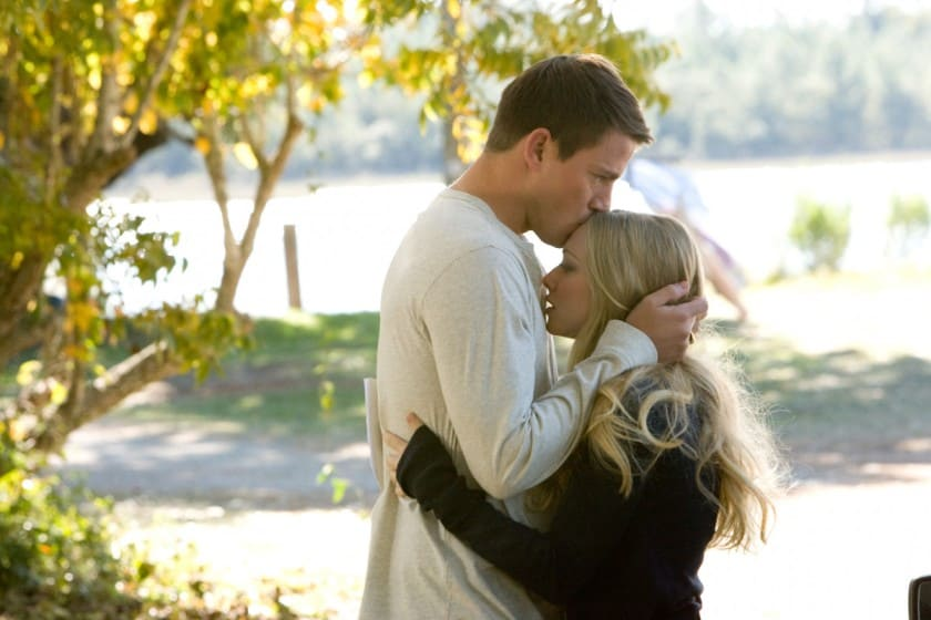 Мужчина обнимает, целует нежно женщину