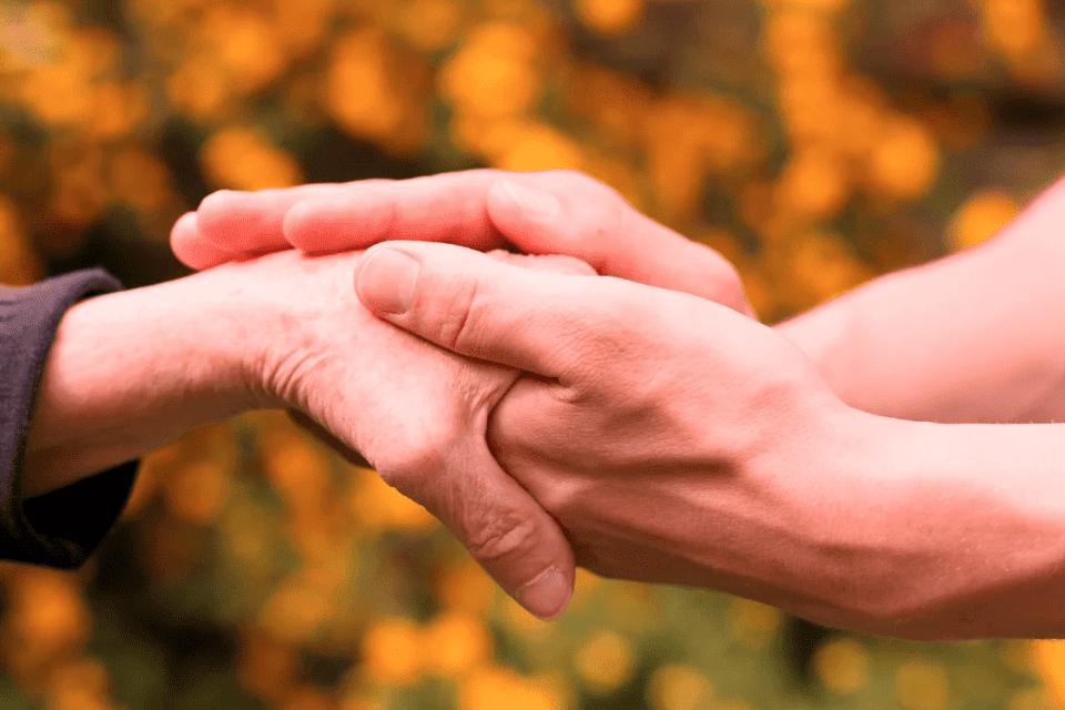 Забота о старшем покалении, рука в руке